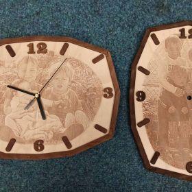 Laserové gravírování fotky do dřevěných hodin. Dřevěné hodiny s vlastní gravírovanou fotkou.