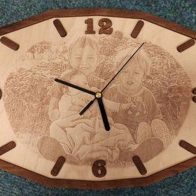 Dřevěné hodiny s vlastní gravírovanou fotkou - dokonalé provedení.