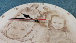Dřevěné hodiny s gravírovanou fotkou, fotoobraz do dřeva.