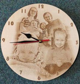Dřevěné hodiny s vlastní gravírovanou fotkou.