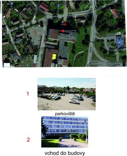 Obrázek parkoviště a vchodu do budovy.