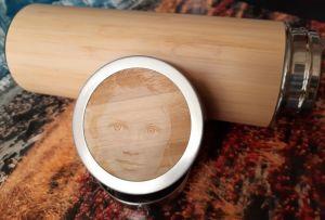 Bambusová termoska s gravírovanou fotkou.